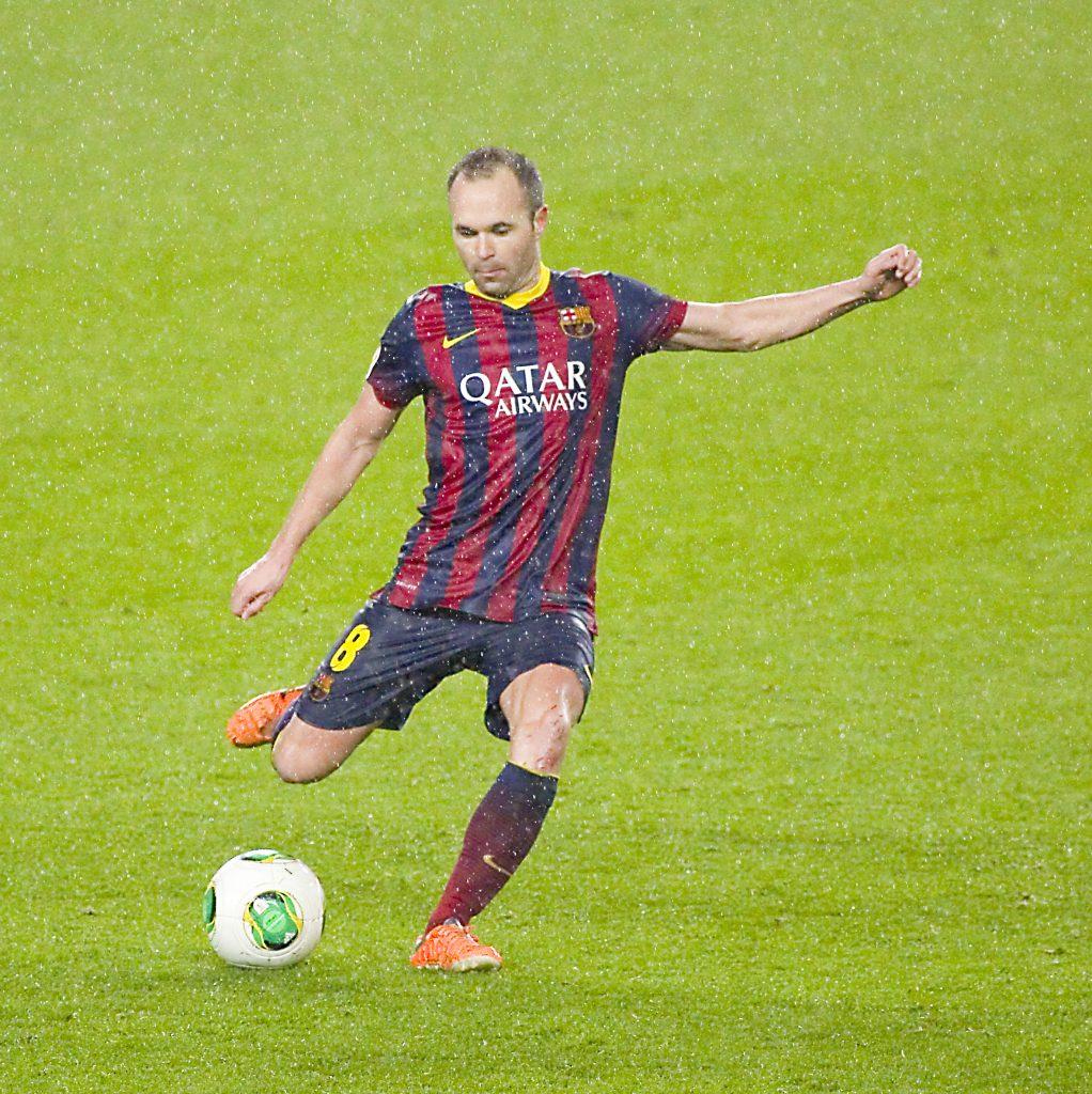 Andrés Iniesta IN DER SPANISCHEN LIGA mit der Rückennummer 8 im FC Barcelona Trikot (Foto Shutterstock)