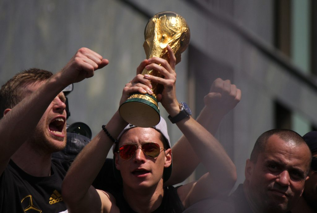 Julian Draxler hält den WM Pokal 2014 in seinen Händern! (Foto Shutterstock) – Bei der WM 2014 trug er die Rückennummer 14, heute die Nummer 7 nach dem Rücktritt von Bastian Schweinsteiger.