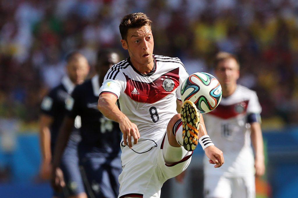 Mesut Özil bei der Wm 2014 mit der Nummer 8, die nun Toni Kroos trägt, Özil seitdem mit der Nr. 10 (Fotp Shutterstock)