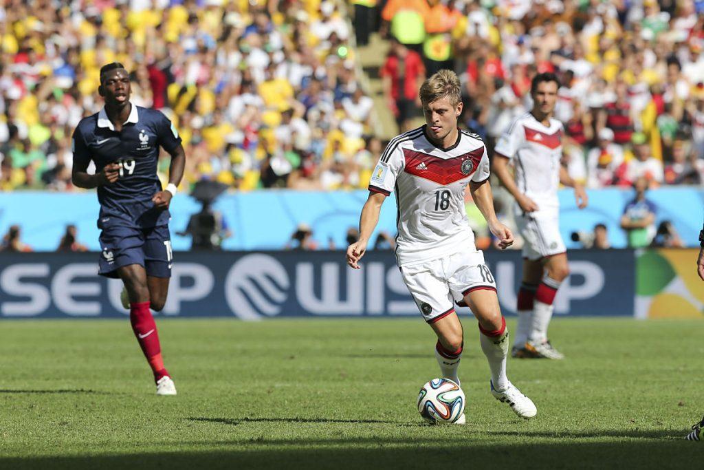 Toni Kroos mit der Nummer 18 bei der Fußball WM 2014 - heute trägt er im Deutschland Trikot die Nummer 8 (Foto Shutterstock)